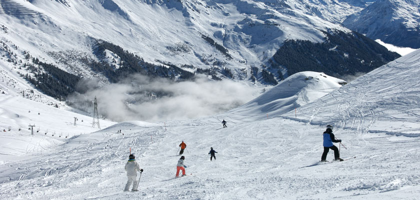 Switzerland_Verbier_family-skiers-piste.jpg